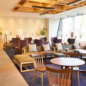ラウンジにあるテーブルや椅子は、伝統の職人技を守りつつ、現代のライフスタイルにマッチしたデザインが特徴。