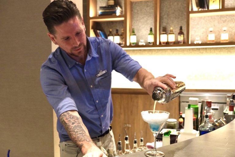 バーテンダーが一杯ずつ丁寧にカクテルを作ってくれます!