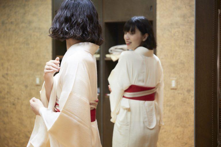 着崩れして衣紋が詰まるのを防ぐ「衣紋抜き」。