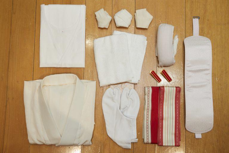 着付けに必要なもの一式。和装肌着、長襦袢(半衿・衿芯を入れたもの)、腰紐3本、伊達締め2本、帯板、帯枕、着物用クリップ、足袋、タオル(補正用)など。