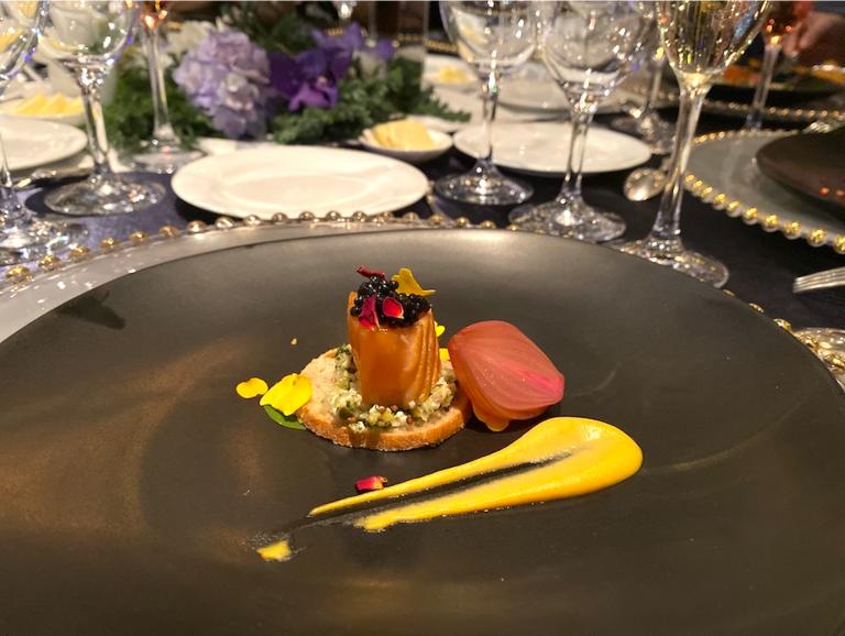 ケイパー、オニオン、マスタードおよびチャービルで風味付けされたラビゴットソースで飾り付けられた鮭のステーキ、オリジナリュメニューにキャビアを添えて。