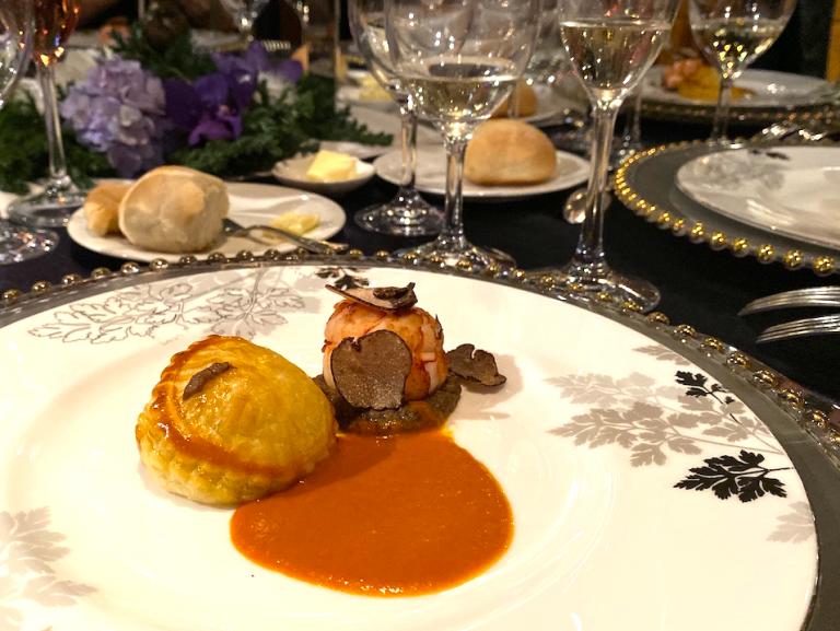 ビクトリア女王にちなんで名付けられた海老とトリュフのムースが詰まったパフペストリー。オリジナルメニューにビスク風味のグーラッシュソースを添えて。