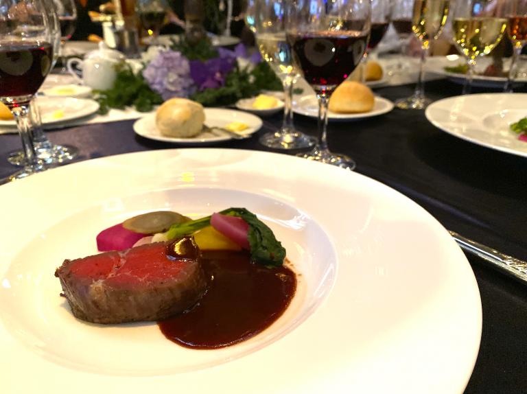 牛のフィレ肉。オリジナルのメニューにオーストリアのワインで煮込んだツヴァイゲルトソースを添えて。
