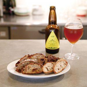 パン盛 400円、掛川ほうじ茶ビール 920円。パンは日替わり。写真はチーズパン、ダブルベリーとくるみのパンなど。