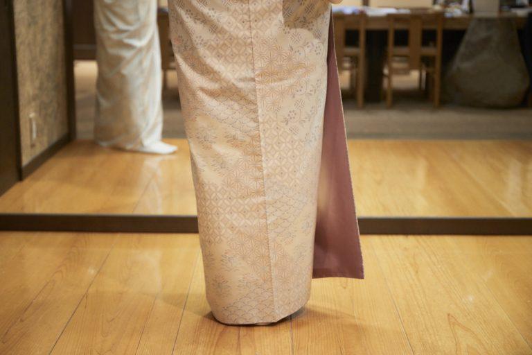 着物の裾の広がりを抑えるのが美しいとされる。