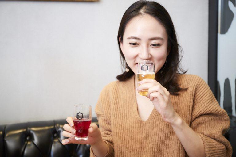 西嶋さんはラズベリー風味の「JAZZBERRY」と甘みと苦みのバランスが良い「496」を飲み比べ。「DaikanyamaSPAR