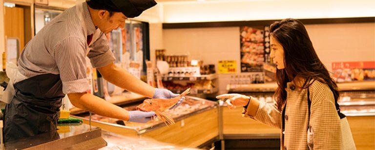 お正月料理に欠かせない海の幸は、〈ルミネ立川〉の老舗魚専門店〈魚力〉で調達。「ルミネと、おいしい年越し」