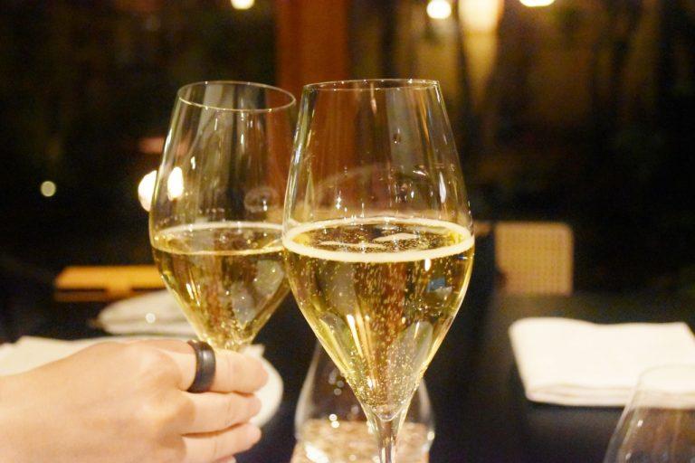 シャンパンで乾杯。贅沢な時間に思わず笑みがこぼれる。