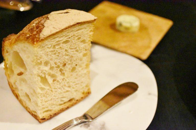 「パン」はカンパーニュ。有明海苔を練り込んだ自家製バター添え。