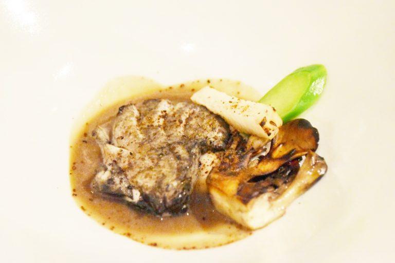 幻の魚といわれている「アラ」と芳醇な香りが特徴の舞茸を合わせた「アラと舞茸」。