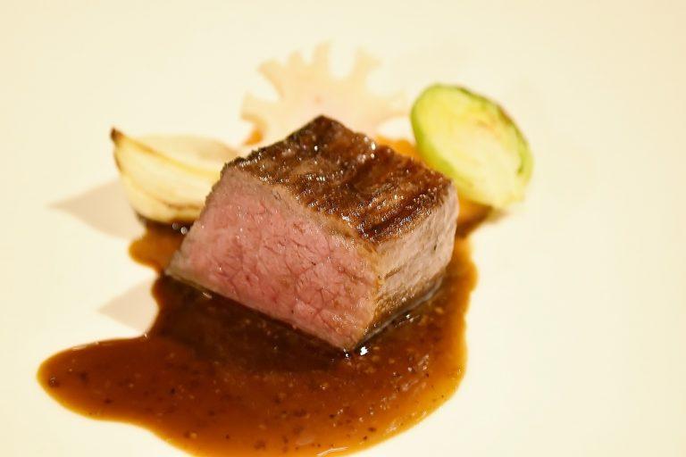 ほどよい焼き加減の「佐賀牛ランプ肉」は、フォンドボーとバルサミコのソースと人参のピュレが添えられています。