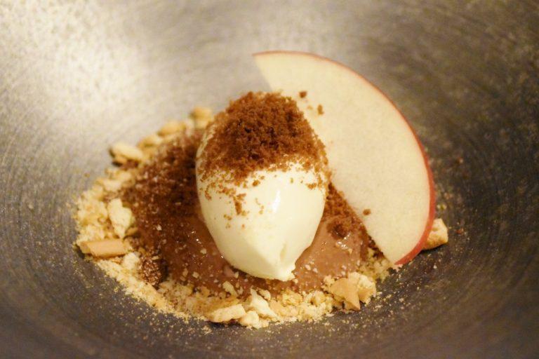 ガトーショコラにクッキーを散らしてりんごを添えた「チョコレートと林檎」。