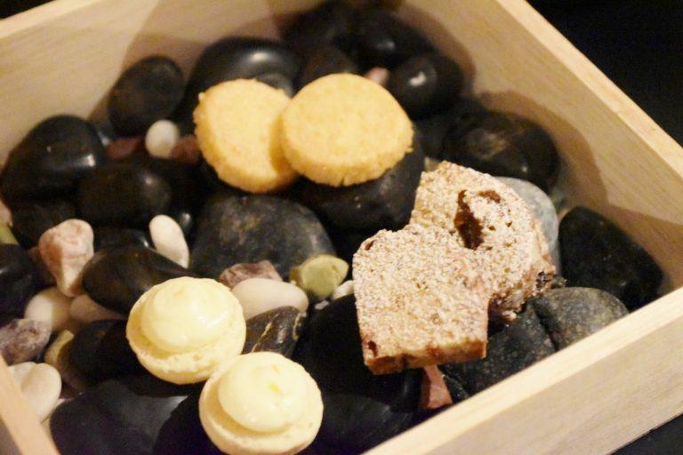 「小菓子」は、塩バタークッキーとシュトーレン、ゆずマカロン。