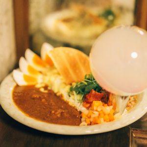 【東京】気になるバーの名物グルメ3選!夜カツサンドに、モクモクカレー…噂の一皿を調査。