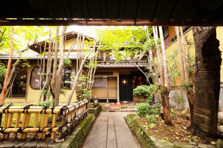 木々に囲まれた築約100年の建物に歴史を感じる。