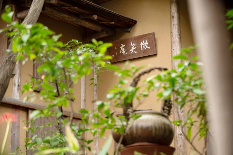 木々が美しい日本庭園にはお茶室も併設。