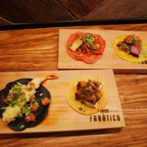 左下が「天ぷらシュリンプ」350円、「角煮ポーク」350円。右上が「名物!アルパストールポーク」260円、「ビーフステーキ」450円