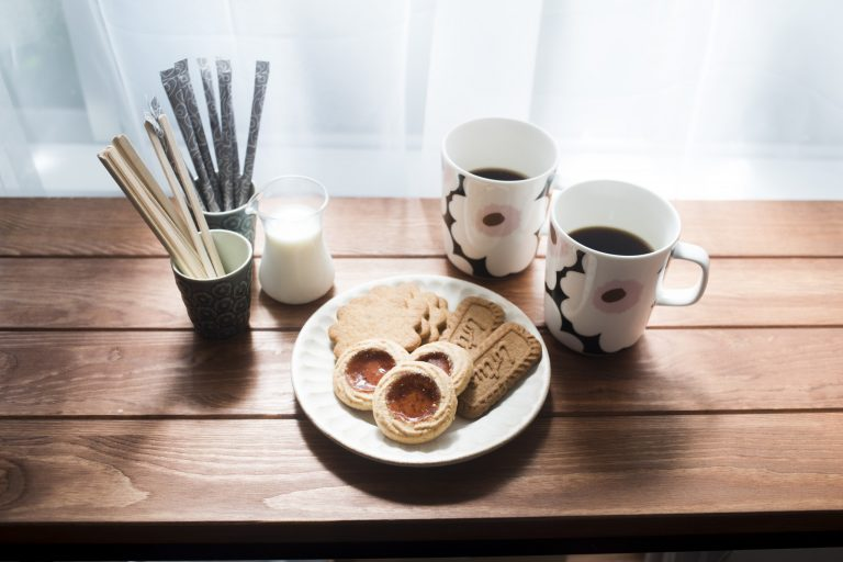 レッスンの後半には、北欧のライフスタイルにならい、お茶の時間(フィーカ)を楽しむ。