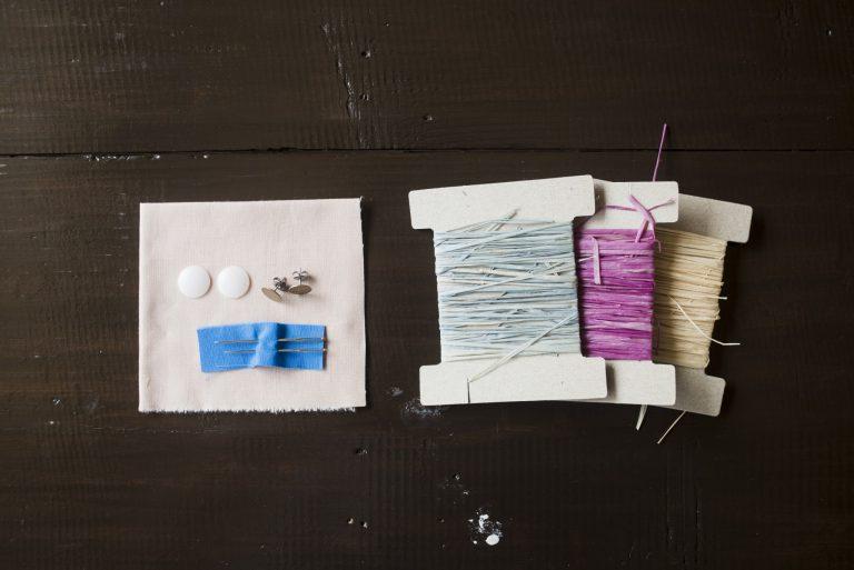 刺繍針やパーツがセットになった耳飾りキット。ラフィアは好きな色をひとつ選べる。1,400円。