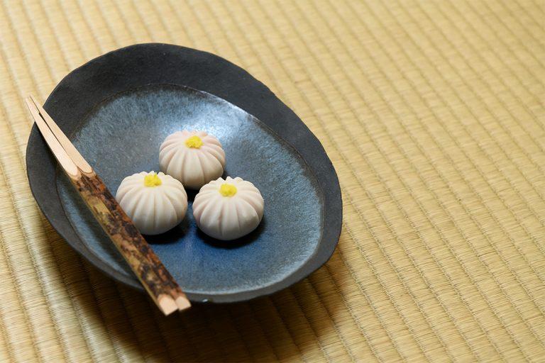 この日の菓子は高輪にある〈玉川屋惣八〉の玉菊。