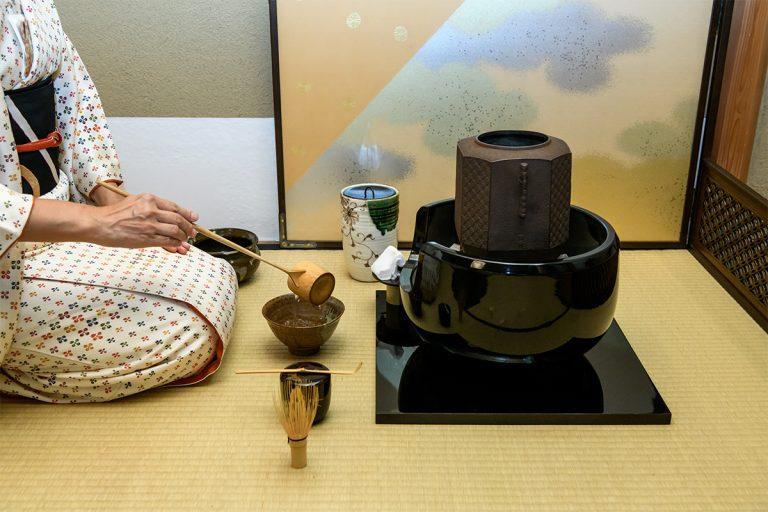 風炉(湯を沸かす道具)から湯を汲み、お茶を点てていただく。先生の洗練された無駄のない所作に見入る。