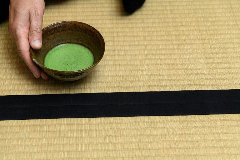 茶道のお茶は薄茶と濃茶の2種類。最初は薄茶のお点前を。茶筅(ちゃせん)で細かい泡を立てた柔らかな口当たりは、チョコレートとの相性もいい。