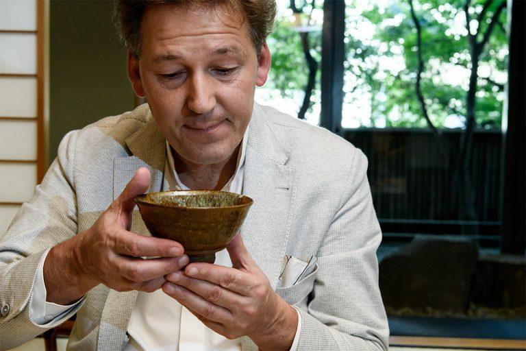 茶碗など歴史ある道具にも惹かれるというピエールさん。お茶をいただいたあとには、点前に使われた茶道具を拝見できる。棗(なつめ)や茶杓(ちゃしゃく)もじっくりと手にとって。