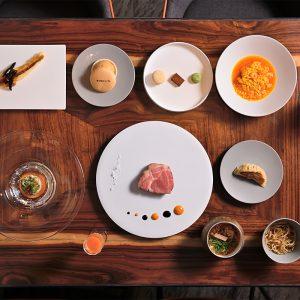 イチリンハナレ×スペインコース(ランチ)5,000円は、齋藤シェフのアイデアが光るスペイン料理と中華料理が交互に登場。内容は日によって変わるが、よだれ鶏、餃子、山椒麵、豆乳スープの流れで供されるユニークな「高坂鶏の三段活用」は常時コースに組み込まれている。メインの肉料理、魚介のフリットに米料理、デザートまで充実の内容。