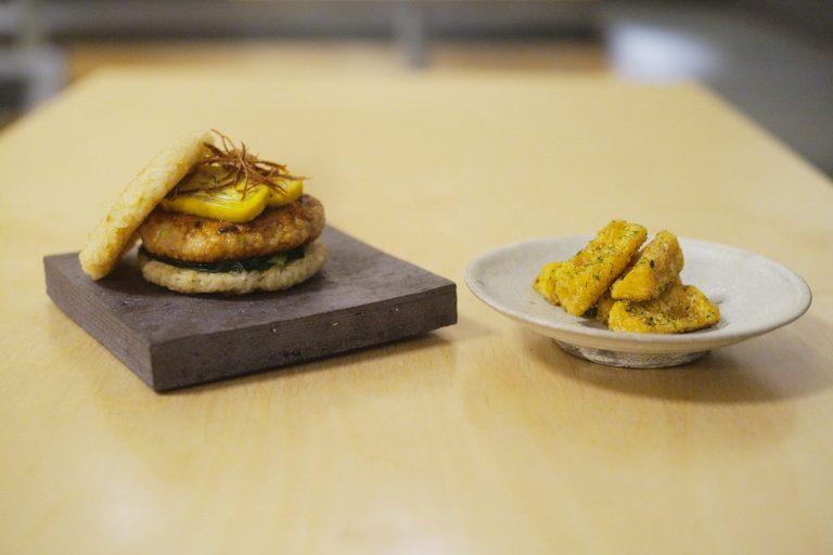 左から「京鴨つくねのライスバーガー」、「長芋のフライ」。京鴨つくねと出汁巻き卵の甘じょっぱさがビールにピッタリ!