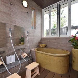 特注の陶器製バスタブがかわいいお風呂。