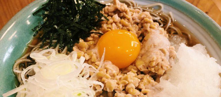 渋谷・道玄坂の脇道にある〈福田屋〉で濃厚納豆そばを。そばと納豆の意外な組み合わせに舌鼓!