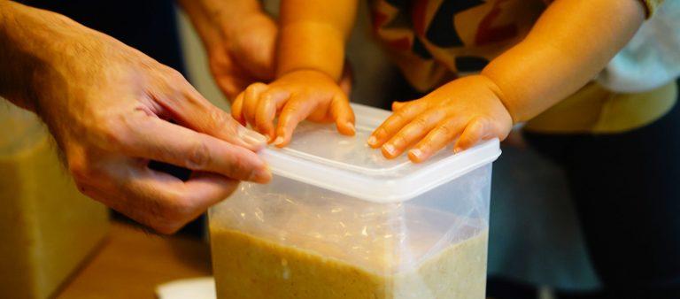 親子で味噌作り体験。〈sawvih〉の特別な麹で、世界に一つだけの味噌を作ろう。