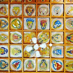 かつての本堂を改装した「曼荼羅の間」に寝転がると、天井一面に曼荼羅が。