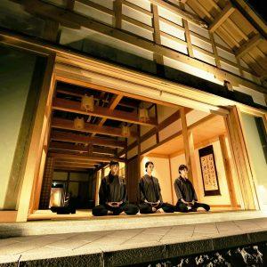 柏樹關を象徴する親禅の空間「開也(かいや)の間」で、凛とした空気の中、本格的な坐禅を。