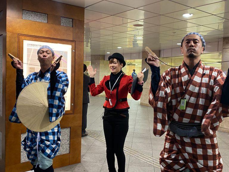 弥次喜多コンビと観光ツアーガイド・藤川初音さんの一本締め。