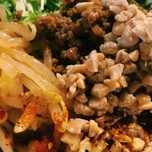 ネバネバ納豆にピリッが合う!納豆トッピングがマストの汁なし坦々麺。