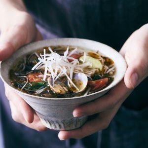 料理家さんたちが提案!ご当地おみやげのアレンジレシピ 「奄美もずくとあさりの台湾麺線風」