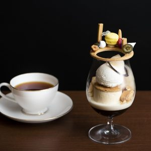 〈Unlimited Coffee Roasters〉のコーヒー「ブラジル」を使い森シェフが手がけた「ティラミスモダニカ」1,600円。コーヒー「ゲイシャ」1,200円が合う。