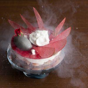 河崎シェフと森シェフの共作「レボリューション」1,600円は、焼きなすのアイスなど、料理人でもある二人のアイデアが光る。