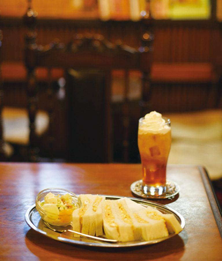 甘めの卵焼きを挟んだ、フワフワ食感の「タマゴサンド」500円は、ポテサラとコールスロー付き。生クリームたっぷりの「アイスウィンナティ」450円