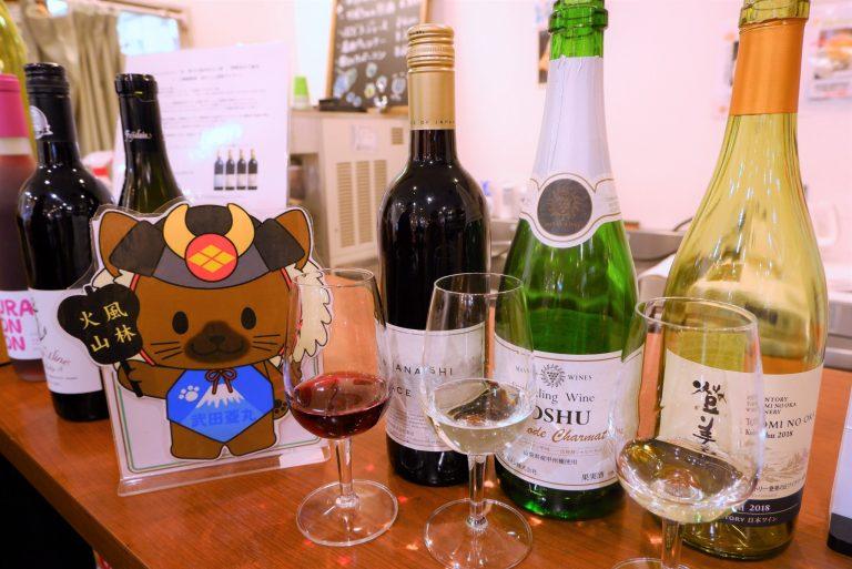 〈やまなし館〉ではスタンディングで、ワインのちょい飲みもできちゃいます。