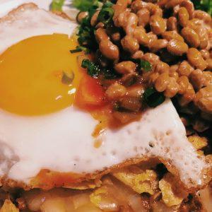 タコライスに納豆をトッピング!?渋谷〈Moga cafe〉のボリューム満点アボカドタコライス。