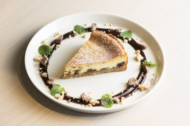 「チョコレートベイクドチーズケーキ」550円。