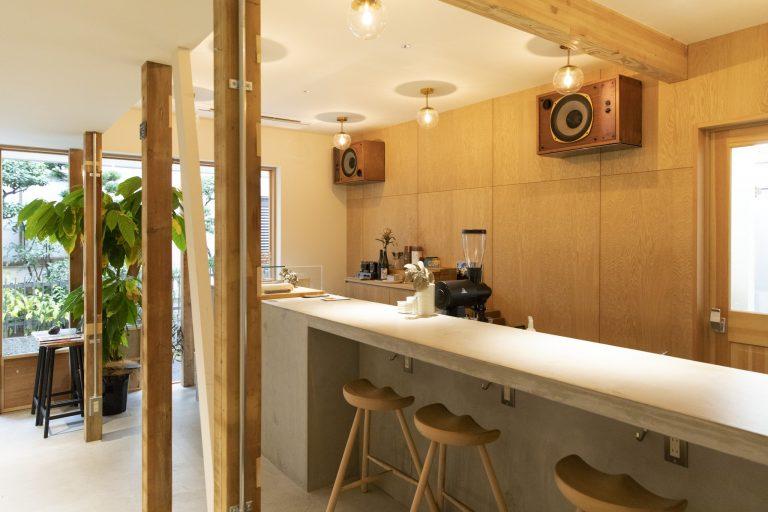 工房併設の店内。コーヒーと共に気軽に楽しめるようカウンターが中心。