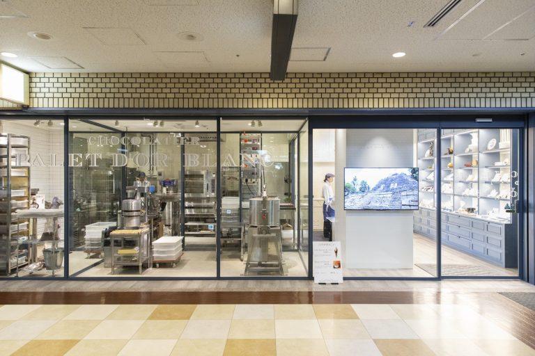 すべての工程をオープンにしたいから工房併設の店内はガラス張り。作業光景を眺めて楽しむ人もいるそう。