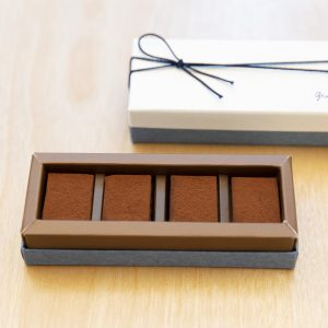 日本橋店限定の生チョコレート。マラニョン、マダガスカル、チュアオ、コスタリカの4種があり1粒400円。