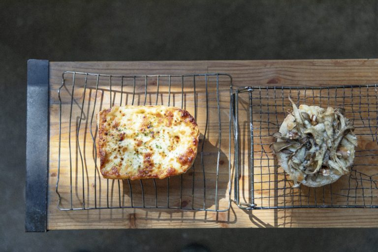 左から、「グリュイエルチーズのクロックムッシュ」380円、「フンギ」255円。レストランや西海岸で積んだ経験が惣菜パンにも活きる。