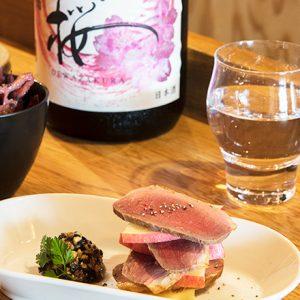 """""""マイクロ店""""だからこそ出る味。新富町のビストロ〈sensibilité〉、人形町の日本酒スタンド〈3bis bar〉へ。"""