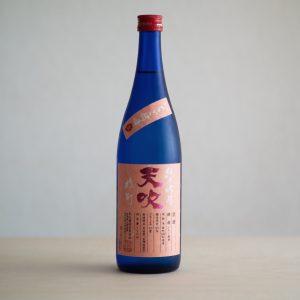 花から生まれた花酵母を使ってお酒を醸す「天吹酒造」は300年以上もの長い歴史を持つ佐賀県の酒蔵。バラやひまわり、なでしこなどの花の酵母を使った日本酒は香りや味わいなどどれも個性豊か。いちごの花を使った「天吹 純米吟醸 いちご酵母 生」は、甘みと酸味のバランスが抜群の純米吟醸酒。