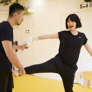 キックの姿勢を覚えるため、先生に脚を回され悶絶するおみゆさん。